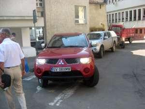 Maşina E.ON parcată pe trecerea de pietoni de pe strada Vasile Bumbac