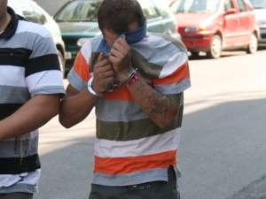 Florentin Aurel Nechita şi-a ascuns faţa la ieşirea din clădirea Parchetelor