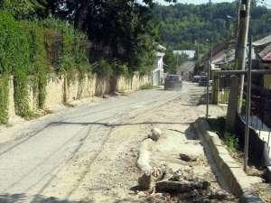 Strada Mirăuţi e circulabilă doar pe un sens de mers, restul fiind distrus de lucrarile ISPA