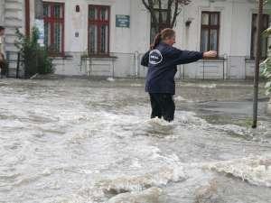 Cartierul Iţcani, inundat după o deversare, scăpată de sub control, a barajului Lipoveni