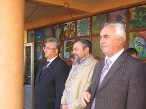 Primarul Ioan Lungu, însoţit de deputatul Ioan Bălan, ia cuvântul la deschiderea de an şcolar la Sc. Ion Creangă