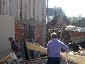 Primarul Ion Lungu a ajutat la descărcarea materialelor de construcţii oferite sinistraţilor