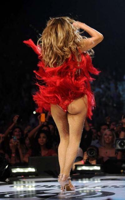 Jennifer Lopez, sexy şi singură, a făcut senzaţie într-o ţinută care îi scoate în evidenţă celebrul posterior