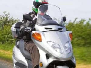Doi tineri răniţi în accidente de motoscuter