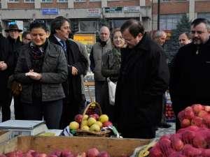 Ministrul Anca Boagiu,  preşedintele CJ, Gheorghe Flutur, deputatul Ioan Bălan şi Vasile Tofan, primarul Fălticeniniului, la Târgului Mărului
