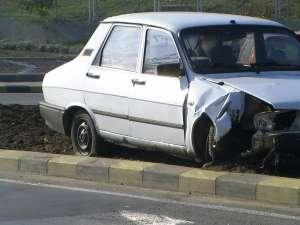 Maşina a fost grav avariată în partea din faţă