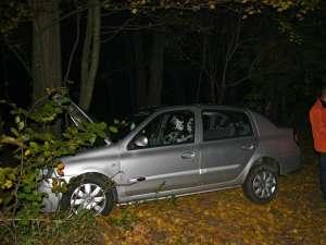 Scăpată de sub control, maşina a derapat, a părăsit carosabilul şi a lovit un copac