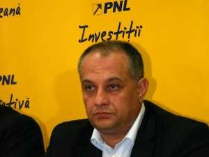 Alexandru Băişanu consideră că oglinda îi este necesară lui Gheorghe Flutur pentru a se uita în ea înainte de a da declaraţii neadevărate