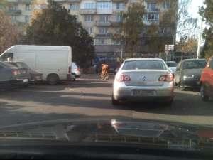 Slalomul vacii a început în intersecţia de la Primăria Suceava, la o oră cu circulaţie intensă