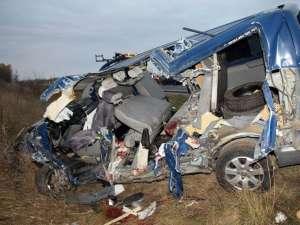 Microbuzul românesc, în urma impactului cu camionul slovac. Foto: MTI