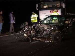 În urma impactului cu maşina care venea din sens opus, autoturismul Rover a intrat în coliziune şi cu tirul pe care încerca să-l depăşească