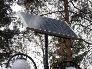 Cei 24 de stâlpi de iluminat recent montaţi sunt alimentaţi de la panouri fotovoltaice