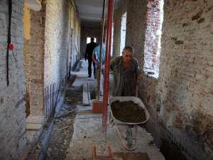 Acum, pe şantierul de la Pătrăuţi lucrează muncitorii firmei Ideal Construct din Fălticeni