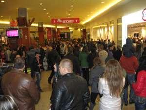 Aglomeraţie pe culoarele Iulius Mall Suceava, în noaptea reducerilor