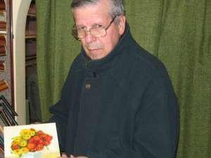 Inginerul pensionar Ştefan Danilevici, cu una dintre lucrările sale