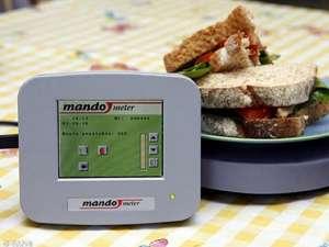 Mandometrul monitorizează viteza cu care mănâncă persoana din faţa sa. Foto: Daily Mail