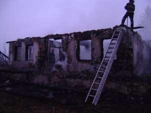 O casă din satul Răuţeni, comuna Zamostea, a fost mistuită de flăcări, la primele ore ale zilei de ieri