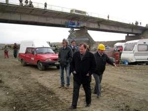 Gheorghe Flutur a inspectat, ieri, lucrările de reabilitare a podului de peste râul Suceava care face legătura între comunele Vereşti şi Udeşti
