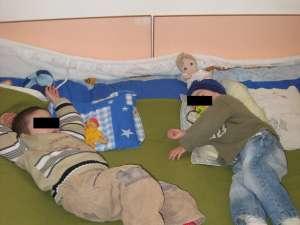 Cei doi copii au fost preluaţi de reprezentanţii Protecţiei Copilului Suceava