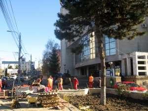 Trotuarul din faţa sediului Primăriei Suceava se află în plin proces de modernizare