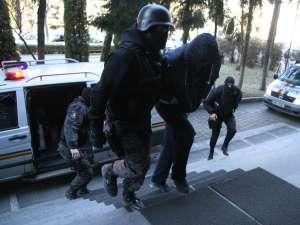 Nu mai puţin de 16 persoane au fost aduse ieri în faţa anchetatorilor