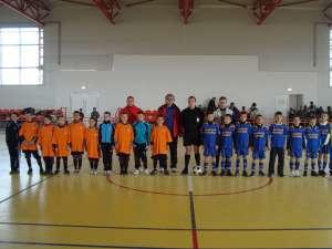 Deşi a câştigat finala, echipa Şcolii din Bălcăuţi (echipament albastru) a fost descalificată pentru că a trişat