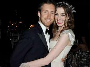Anne Hathaway s-a logodit