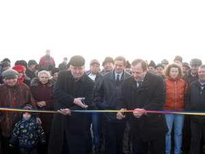 Gheorghe Flutur ( dreapta) şi Ion Lungu (stânga) au tăiat panglica inaugurală