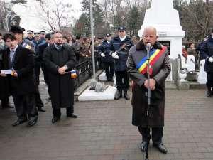 Primarul municipiului Rădăuţi, Aurel Olărean a rostit o alocuţiune la  monumentul închinat Eroilor Neamului