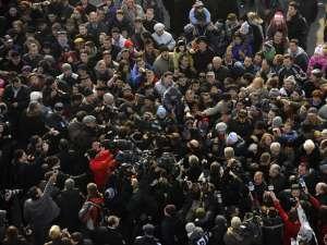 Preşedintele Traian Băsescu a făcut, ieri, o baie de mulţime. Foto: Sorin LUPŞA