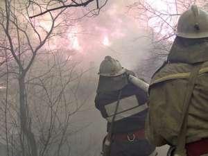 În trei zile pompierii au intervenit la mai mult de zece incendii de vegetaţie uscată