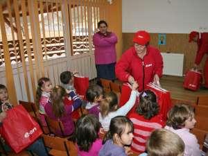 Daruri pentru copiii de la  Brodina  din partea voluntarilor EON Teatru de păpuşi pentru copii de la Sadău