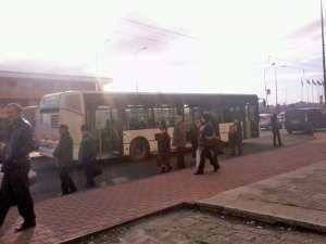 Autobuzul a mers o perioadă cu roţile pe spate blocate, ceea ce a dus la apariţia fumului