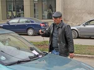Vasile Zetu completează procese verbale şi face fotografii la maşinile pe care urmează să le ridice
