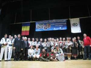 Delegația dorneană, pe scena teatrului din Ostiglia, la finalul spectacolului