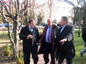 Gheorghe Flutur, Aurel Olarean şi şeful Fondului de Mediu, Gheorghe Popescu, au verificat lucrările de reabilitare a parcurilor din Rădăuţi