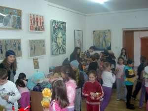 """Elevii de la Colegiul de Artă """"Ciprian Porumbescu"""" din Suceava au organizat un târg de jucării"""