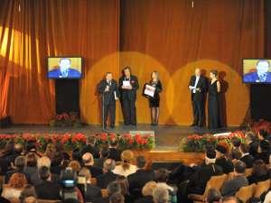 """Consiliul Judeţean Suceava, prin preşedintele acestei instituţii, Gheorghe Flutur, a primit """"Trofeul pentru dezvoltarea infrastructurii şi turismului"""""""