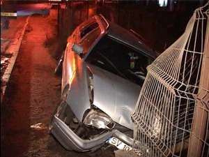 Maşina a rămas suspendată la marginea unui hău adânc de 6-7 metri