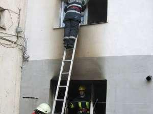 Pompierii au fost nevoiţi să spargă geamul, pentru a intra în apartamentul de la etajul I