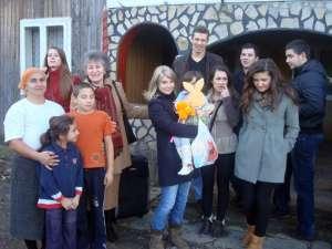 Elevii au dus ieri daruri unei familii nevoiaşe din Şcheia