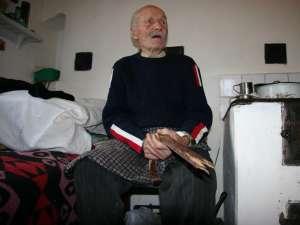 Fiul i-a rupt cârja tatalui, Mihai Vasile Iftimie, în vârstă de 103 ani