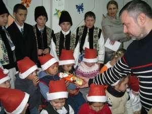 Ioan Bălan, împărţind cadouri