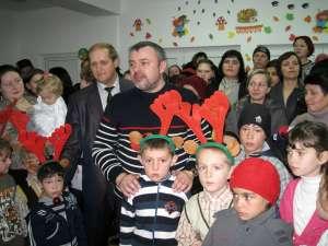 Deputatul PD-L Ioan Bălan şi-a asumat rolul Moşului pentru cei peste o sută de copii de la Grădiniţa cu Program Normal din comuna Mitocu Dragomirnei