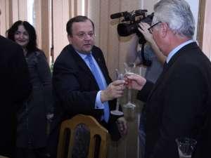 Consilierii judeţeni au ciocnit o cupă de şampanie în ultima şedinţă din acest an