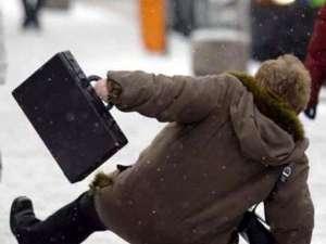 Zeci de suceveni cu fracturi şi traumatisme cauzate de căderea pe gheaţă