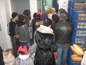 Săracii Sucevei au venit  să primească pachetele cu hrană de Crăciun