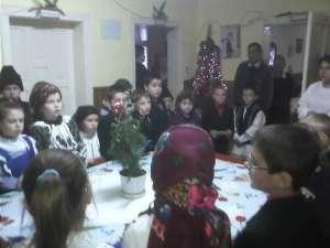 Elevi de la Vatra Moldoviţei au împărţit miercuri daruri bătrânilor din Pojorâta