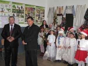 Dumitru Morhan, alături de directorul Iulian Chideşa şi copiii din Negostina