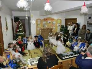 """Copiii din grupa """"Piticii"""", la serbarea """"În aşteptarea lui Moş Crăciun"""